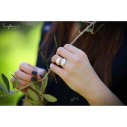 Spring facing leaves ring