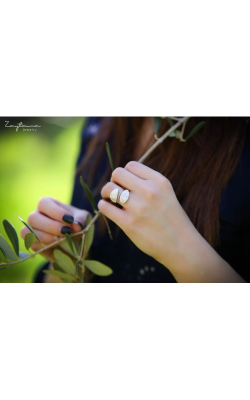 Spring facing leaves ring